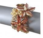 Luxusní šitý náramek z broušených a mačkaných perlí s aplikací kytiček